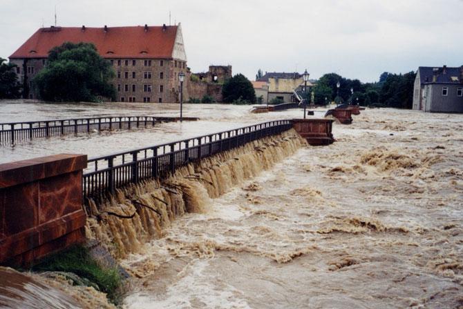 http://www.poeppelmannbruecke.de/Images/2002-Hochwasser-670.jpg